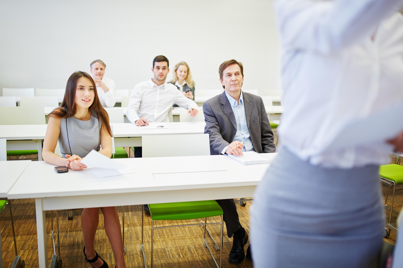 Geschäftsleute im Business Seminar hören einer Präsentation zu